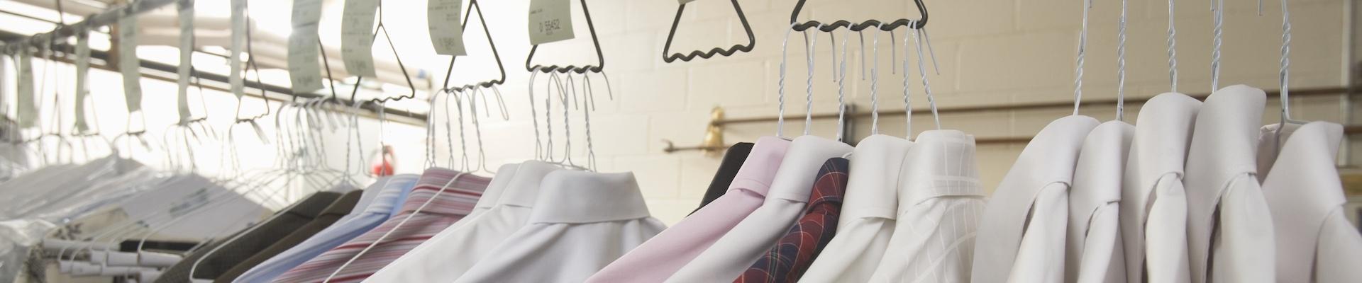Дрехи на закачалки (снимка)